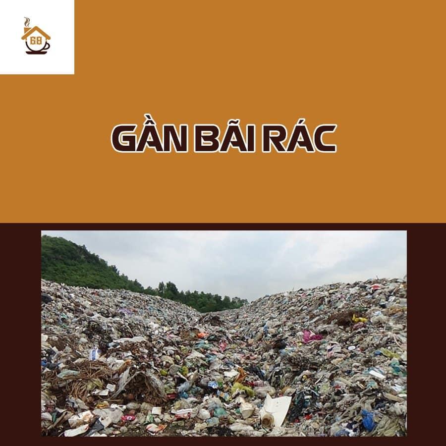 Gần bãi rác